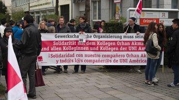 Solidarität mit Orhan. Protestaktion vor dem peruanischen Konsulat
