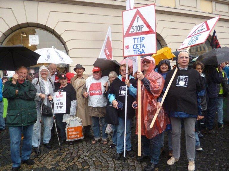 SeniorInnen bei der Kundgebung gegen das Freihandelsabkommen CETA