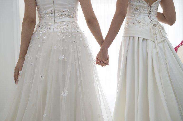 Zwei Frauen dürfen endlich heiraten.