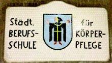 """Schild mit der Aufschrift """"Städtische Berufsschule für Körperpflege"""""""