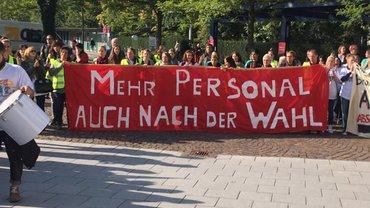 """Transparent mit der Aufschrift """"Mehr Personal - auch nach der Wahl"""""""