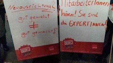 """Zwei Plakate: """"Neuausrichtung? Gut gemeint bedeutet nicht gut gemacht!"""" und """"MitarbeiterInnen hören! Sie sind die EXPERTInnen!"""""""