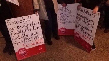 """Drei Plakate: """"Beibehalt der bewährten Fachlichkeiten! Umstrukturierung BSA/FhV/VMS: So nicht!"""", """"Wer von euch hat sich diesen Streich ausgedacht?"""" und """"Wertschätzung der bisherigen BSA-Arbeit - Hilfe aus einer Hand - Umstrukturierung: So nicht!"""""""
