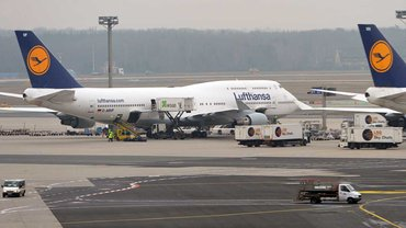 Lufthansa-Maschinen stehen auf dem Vorfeld des Flughafens von Frankfurt am Main