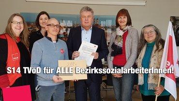Unterschriftenübergabe der ver.di BG Sozialreferat LHM an OB Dieter Reiter - 22.3.2018. S14 TVöD für alle BezirkssozialarbeiterInnen!