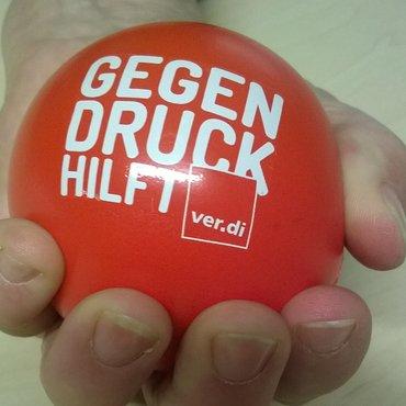 """Hand mit ver.di-Kampagnen-Ball, Aufdruck """"Gegendruck hilft"""""""