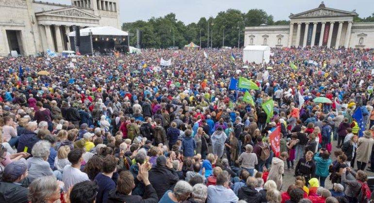 """Dieser """"Massenauflauf"""" auf dem Königsplatz verblüffte am 22. Juli auch die Veranstalter"""