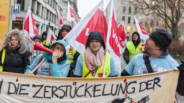 12. Dezember 2018: In Berlin protestieren die streikenden Beschäftigten der Celenus-Reha-Klinik Bad Langensalza gemeinsam mit streikenden Kolleg*innen der Charité Physiotherapie- und Präventionszentrum GmbH