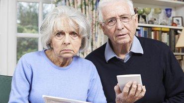 Rente Paar Frau Mann Rentnerin Rentner Rechnung