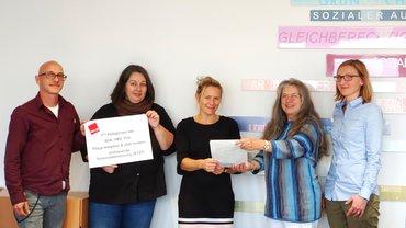 Unterschriftenübergabe verdi Betriebsgruppe Sozialreferat an Frau Schiwy